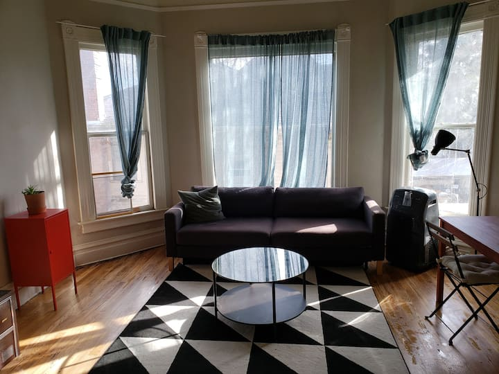 Upstairs 1 bedroom Victorian apartment - Midtown!