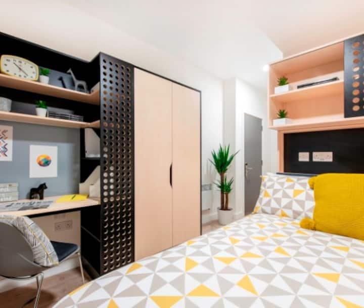 Student Only Property: Unique Classic En-suite - LOS 12 months 10% off