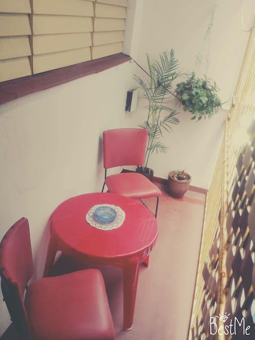 Este es un pequeño balcón que tiene el apartamento para personas que fumen .Está conformado por 2 sillas y una mesa de café .