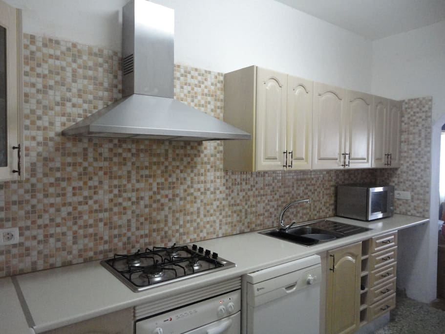 Large well equipped kitchen including washing machine