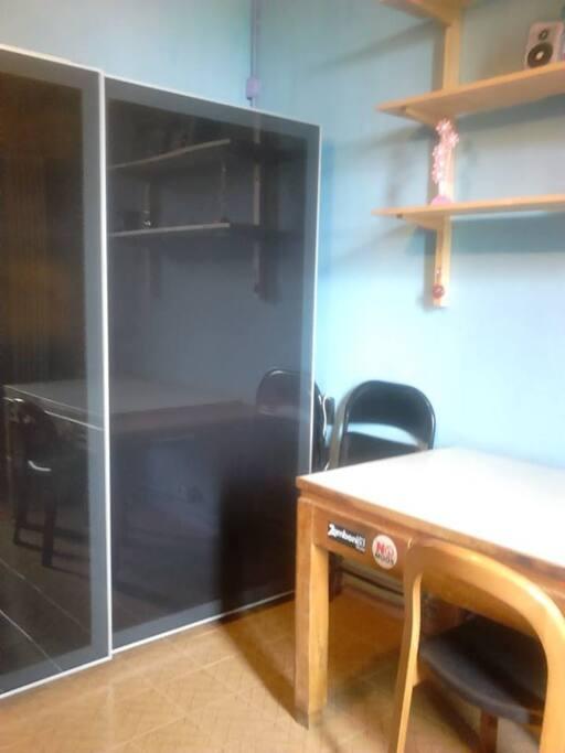 Armadio e scrivania - Wardrobe and desk - Armario y escritorio