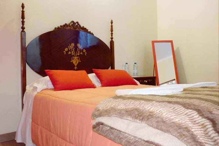 Red Room | Private WC | Center Aveiro | Hostel