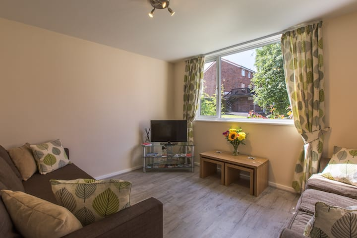 2 bed cosy house inside City Walls, Free Parking