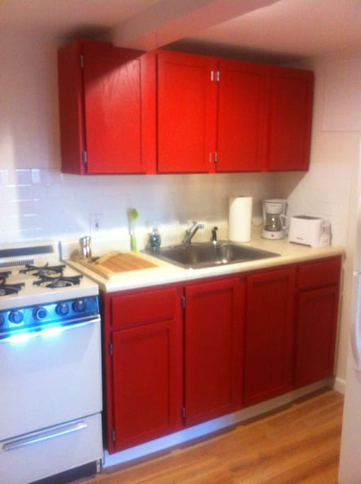 Brand new apartment. Kitchen, bathroom, floors, walls have recently been renovated.