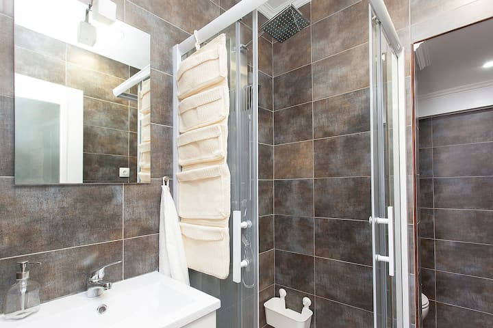 Small fully equiped bathroom