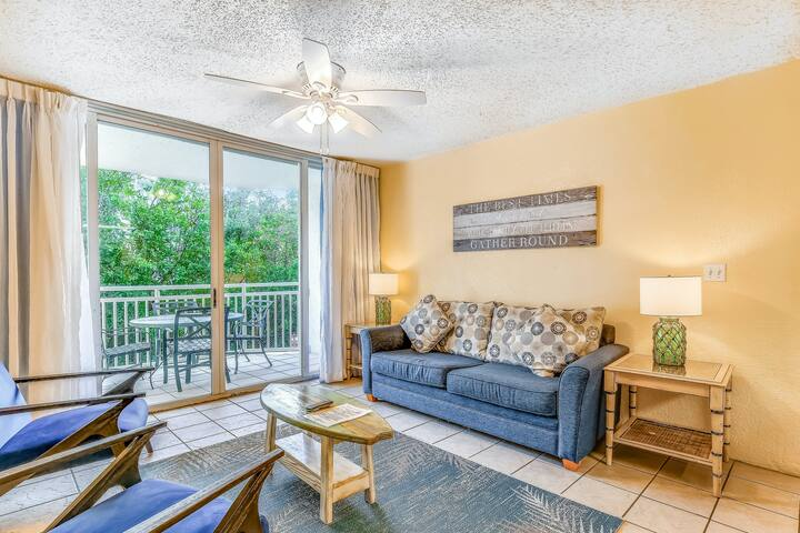 Updated corner condo w/shared pool, hot tub, covered parking -Dogs ok