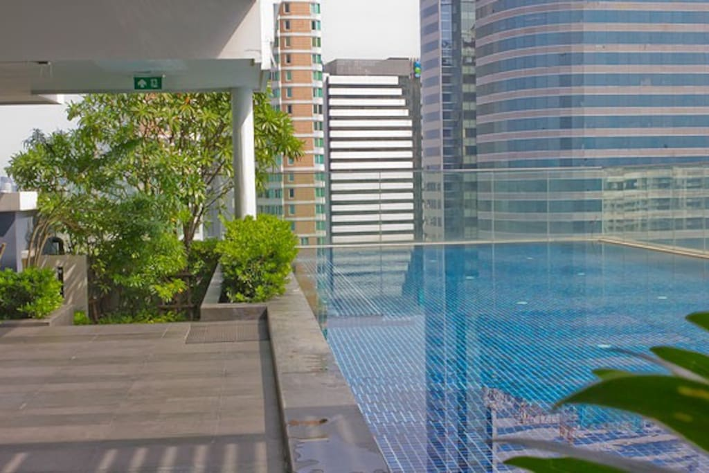 Rooftop infinity swimming pool with a stunning Bangkok downtown view!