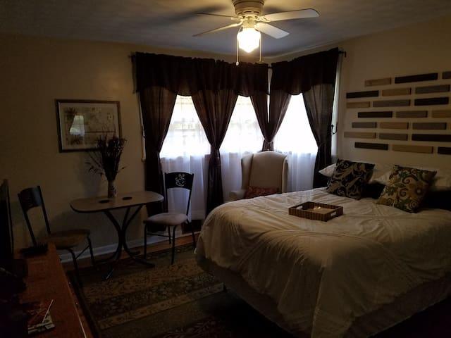 Private room/bath near Sullivan Univ and Airport - Louisville - Ház