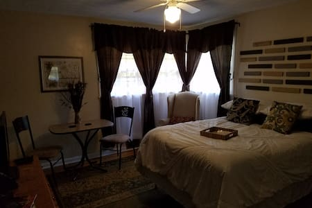 Private room/bath near Sullivan Univ and Airport - Louisville - House