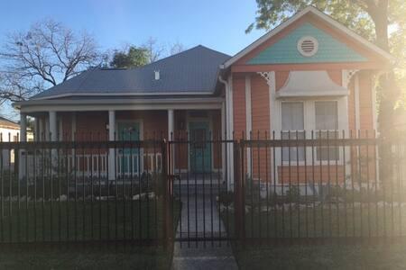 Funky Southtown Victorian Home/Apt. - San Antonio - Daire