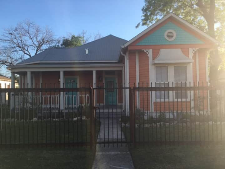 Funky Southtown Victorian Home/Apt. 2