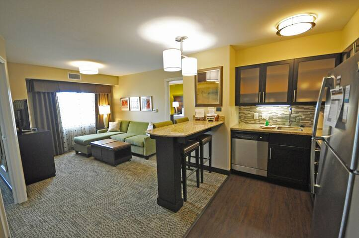 Free Breakfast, Free Wi-Fi, Indoor Pool and Hot Tub | Cozy 2 Bedroom Suite