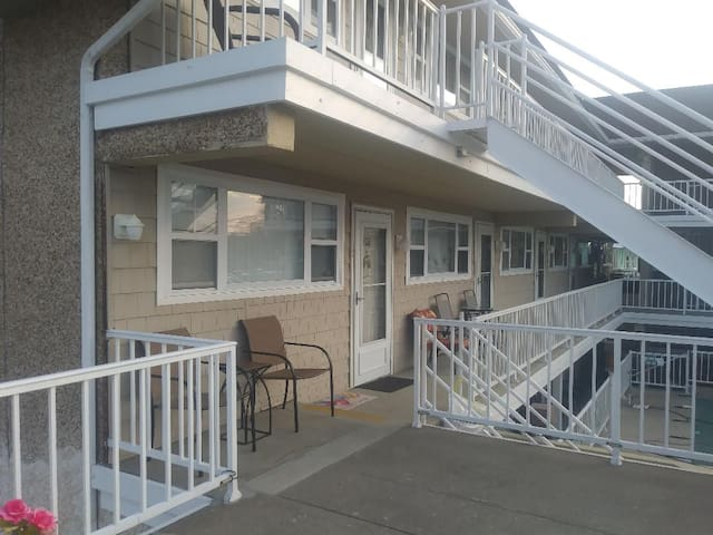 CORNER UNIT, POOL, CABLE/FREE WIFI CLOSE to BEACH