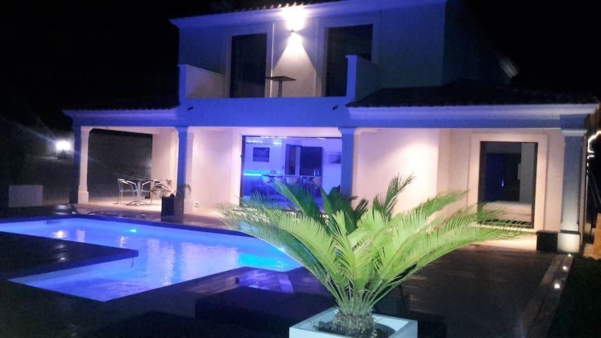 Grande chambre  dans villa neuve avec piscine.