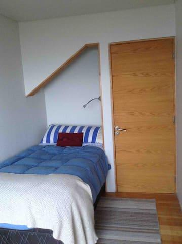 Dormitorio piso inferior cama plaza y media