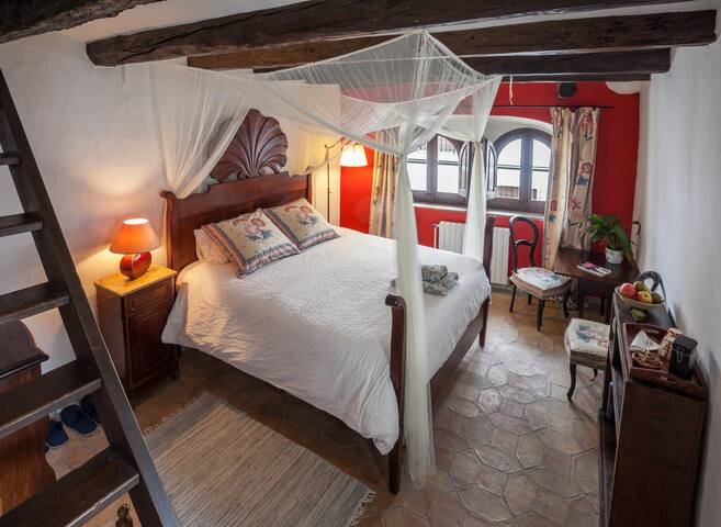 Cozy room in the old town, close to Sitges.