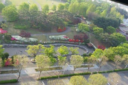 수원의 가장 중심에 위치한 현대식 아파트로 교통의 요지에  자리 - 수원시, 경기도, 대한민국