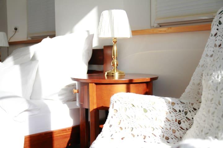 helles gemütliches Zimmer zum Ausspannen, bei HH
