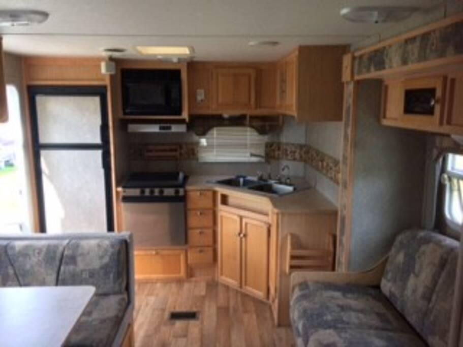 Grande cuisine, avec grand frigidaire lavabo double profond, 3 ronds de poêles au propane et vaisselles incluses