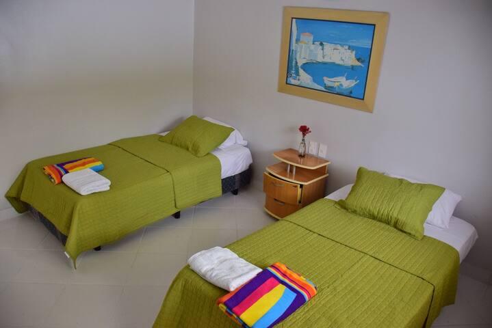 Tercer dormitorio con dos camas de plaza y media cada una.