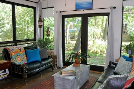 Casa Blanca Art Studio. 1 Mile from Downtown. - Apartamento