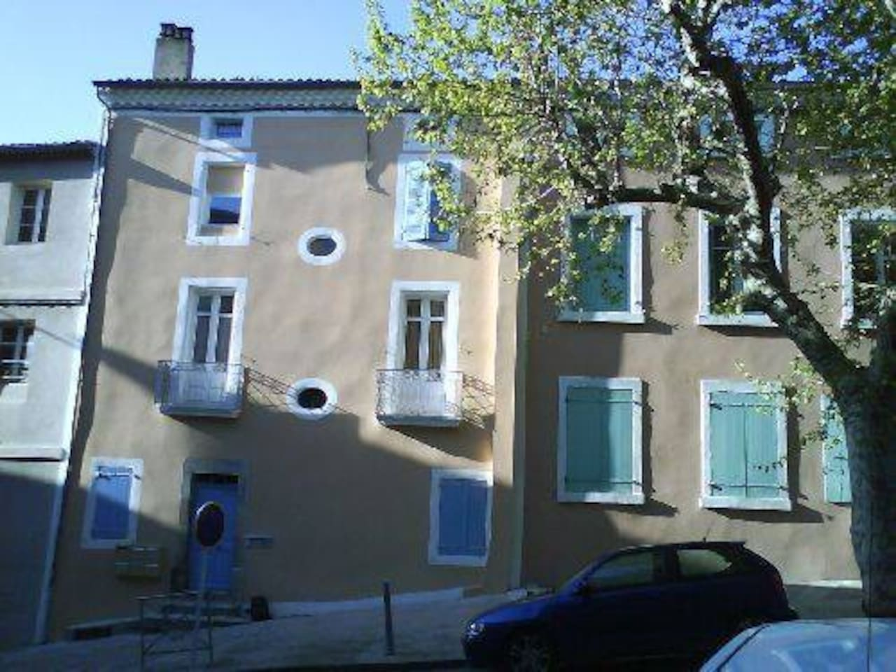 La façade de l'appartement avec appartement avec petits balcons