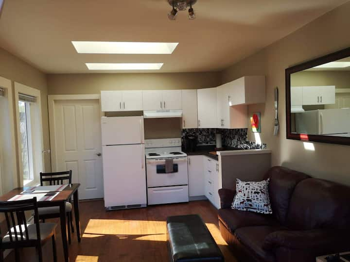 Sunny & Welcoming Private Saanich Getaway