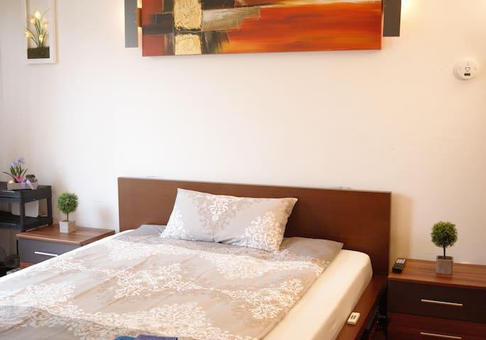 das Doppelbett in der Standardkonfiguration für eine Person
