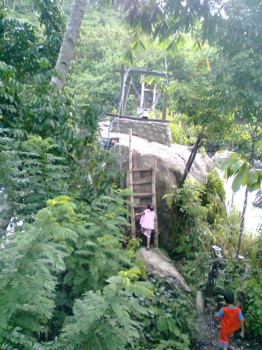 Jembatan gantung menuju ke daerah air terjun