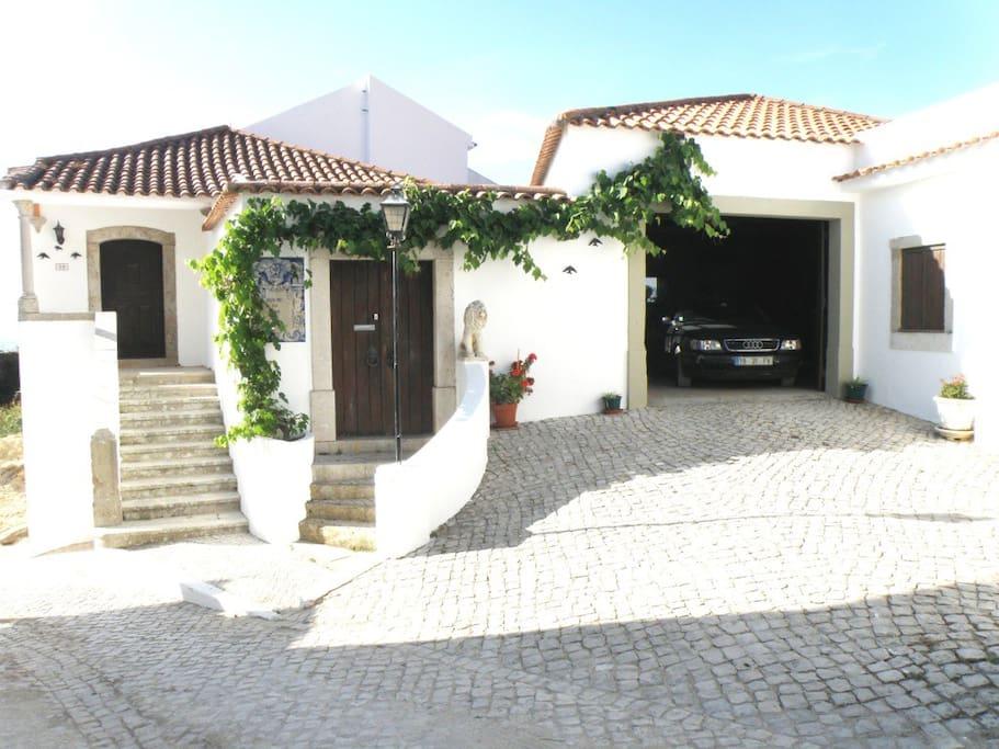 Casa de 2 pisos com piscina, jardim  e estacionamento privado