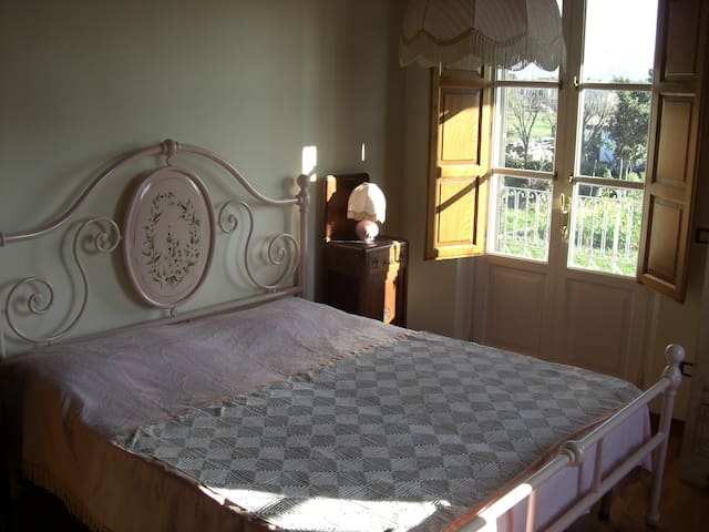 4 appartamenti diversi ma che hanno in comune la terrazza che si affaccia sul giardino e la quiete per un soggiorno di relax in coppia, con la famiglia ed anche in piccoli gruppi (nella foto una della camere matrimoniali)