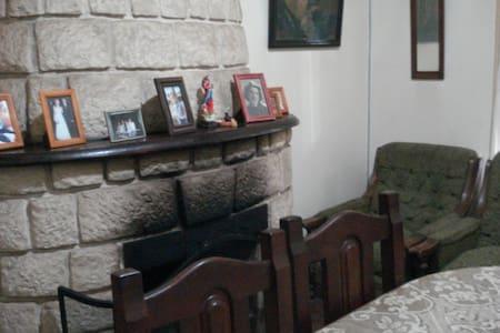 alquil habitación en casa de famlia - cosquín - บ้าน