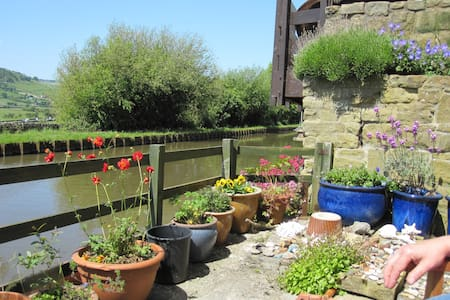 Countryside views by rural canal - Farnhill - Bed & Breakfast