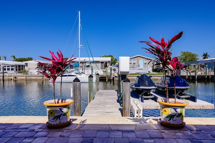 Canal Side Cottage With 26' Dock, 2 Blks to Beach