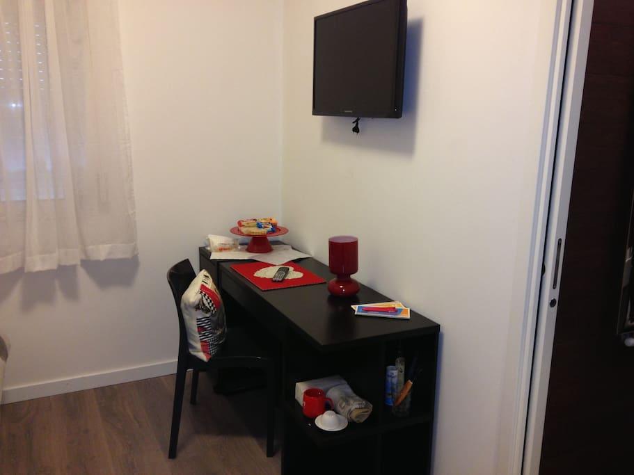 scrivania , tv a parete , finestra