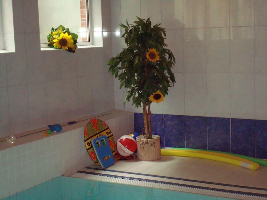 Spielecke Pool, Lichtdurchflutetes Schwimmbad.