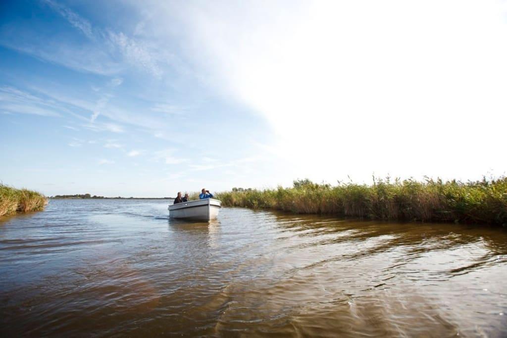 Varen in een sloep over de Friese meren