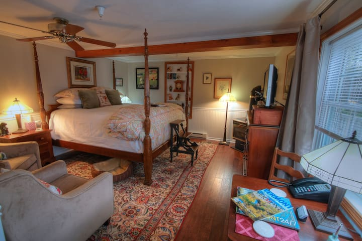 REAL B&B! Jay Peak 1BR King Suite - Montgomery Center - Pousada