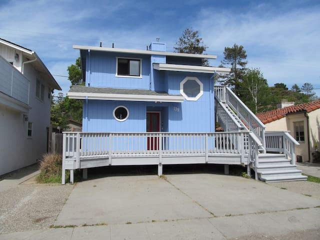 Walk to beach! Super cute beach house w/Hot Tub!