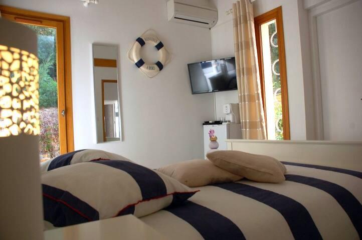 eden de la presqu 39 ile les saintes chambres d 39 h tes louer hy res provence alpes c te d. Black Bedroom Furniture Sets. Home Design Ideas