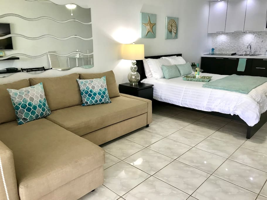 Studio just steps to the pool & less than a minute walk to the front beach!! Queen bed & sofa bed. Fully equipped kitchen. Cable TV & Wifi. Private balcony
