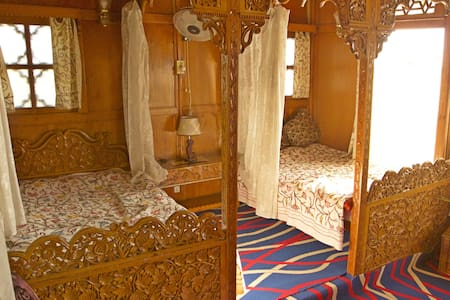 Heaven Breeze Heritage Houseboat - Srinagar - Bed & Breakfast