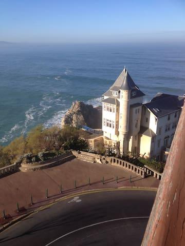 vue a  droite depuis le balcon sur la mythique villa BELZA