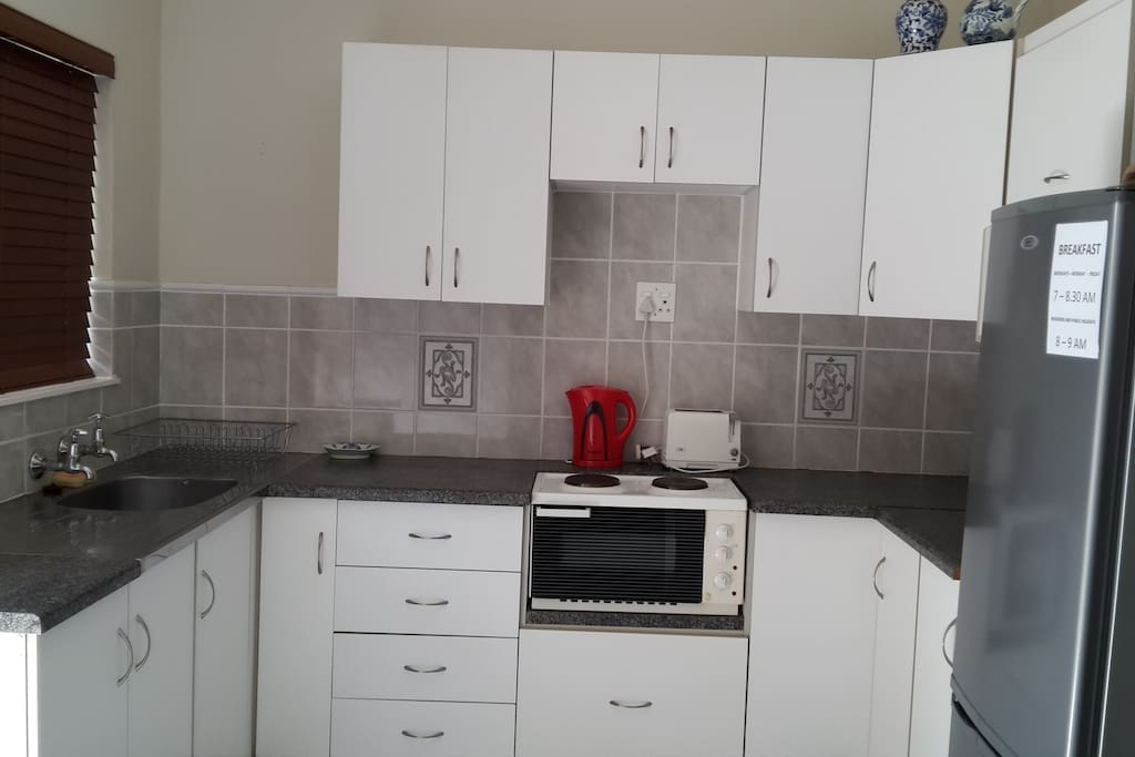 Kitchenette and cooking facilities