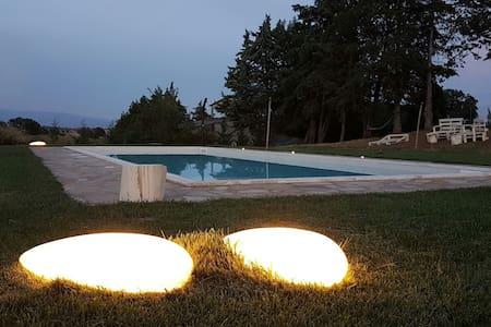 Ampio open space indipendente, piscina, giardino - Haus