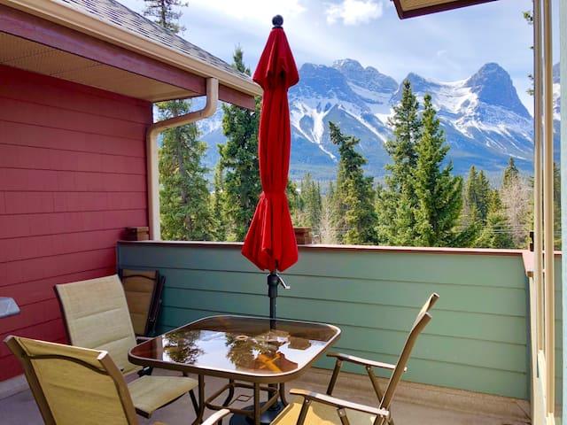 Luxurious Rockies Retreat with pano Mountain View!