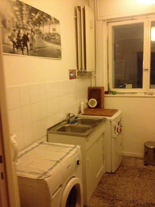 Voll ausgestatte Küche mit Waschmaschine, Kühlschrank mit Eisfach