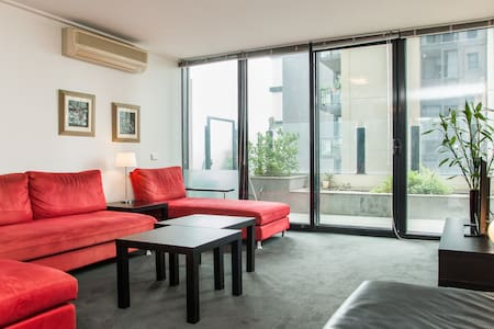 This fabulous 'home away from home' is situated in cosmopolitan Southbank with the Crown Casino practically across the road and the Southgate district around the corner.  Spacious and beautifully decorated, it's perfect for a group of friends or a family.