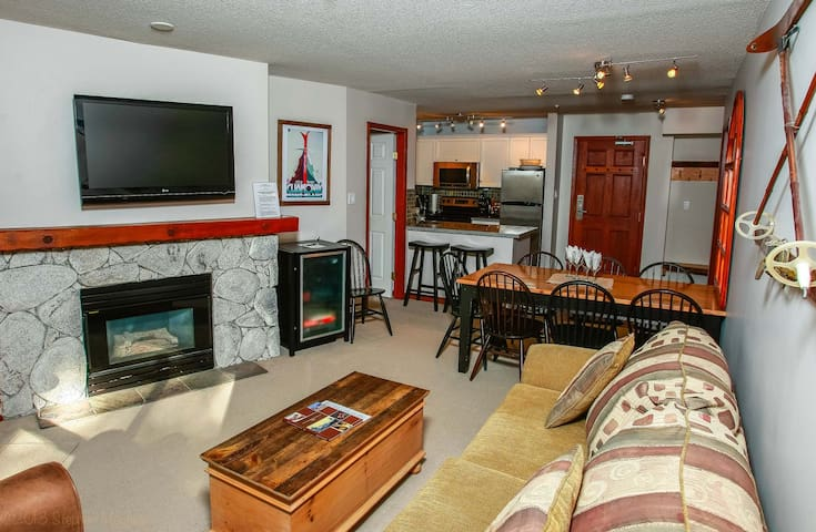 Prime Ski-in Ski-out Location! Pool, Hot tubs, BBQ, sleeps 8 (219)