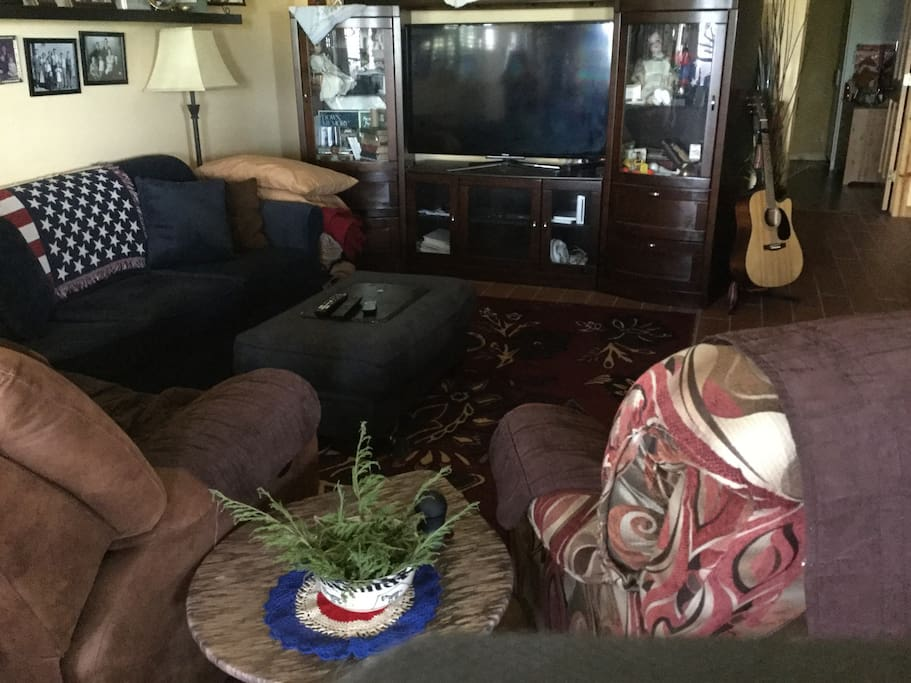 """Family room w/pull out and 55"""" smart TV - WiFi access"""